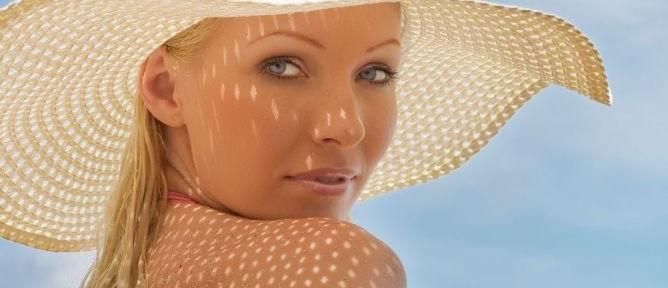mujer protegiendo su piel del sol